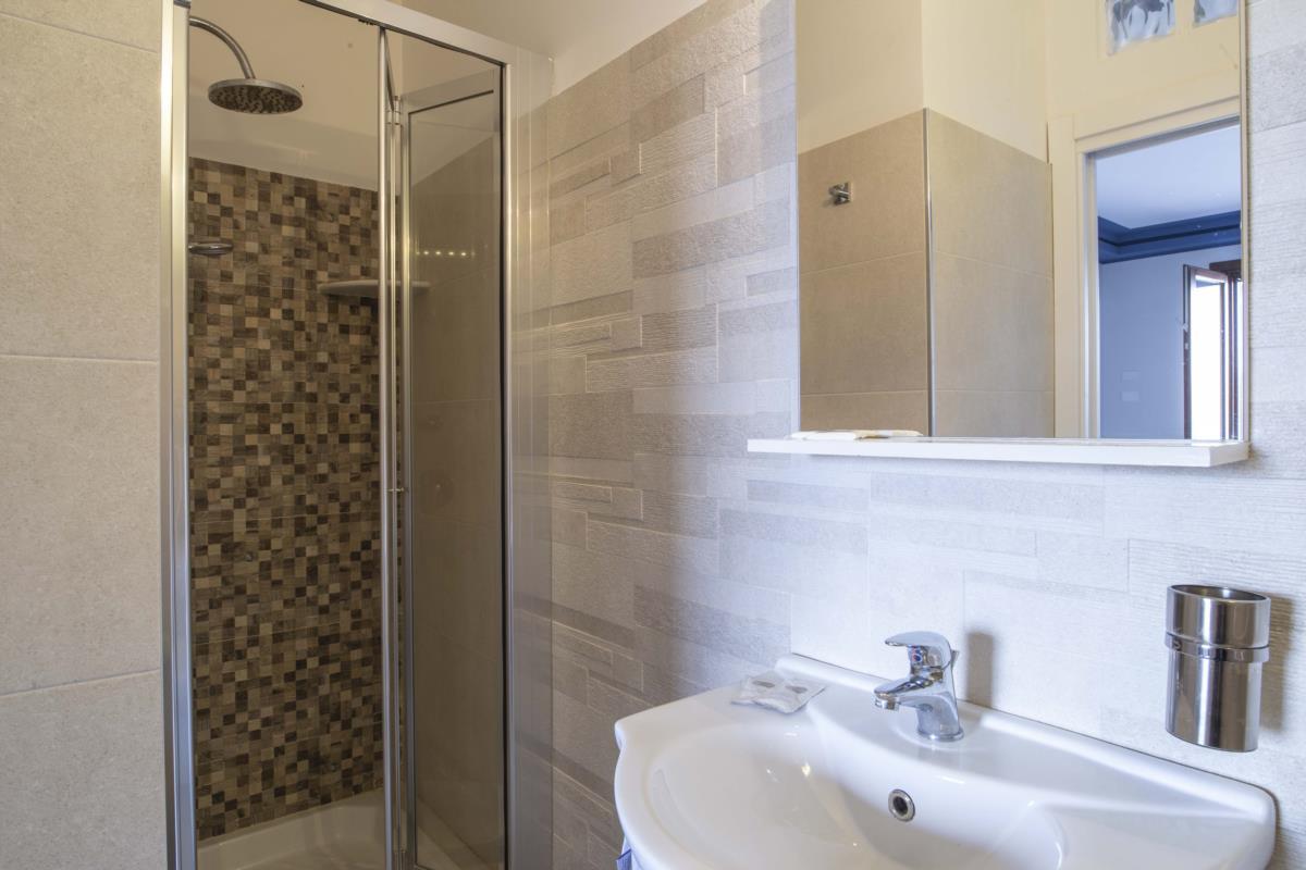 Bagno con doccia in mosaico