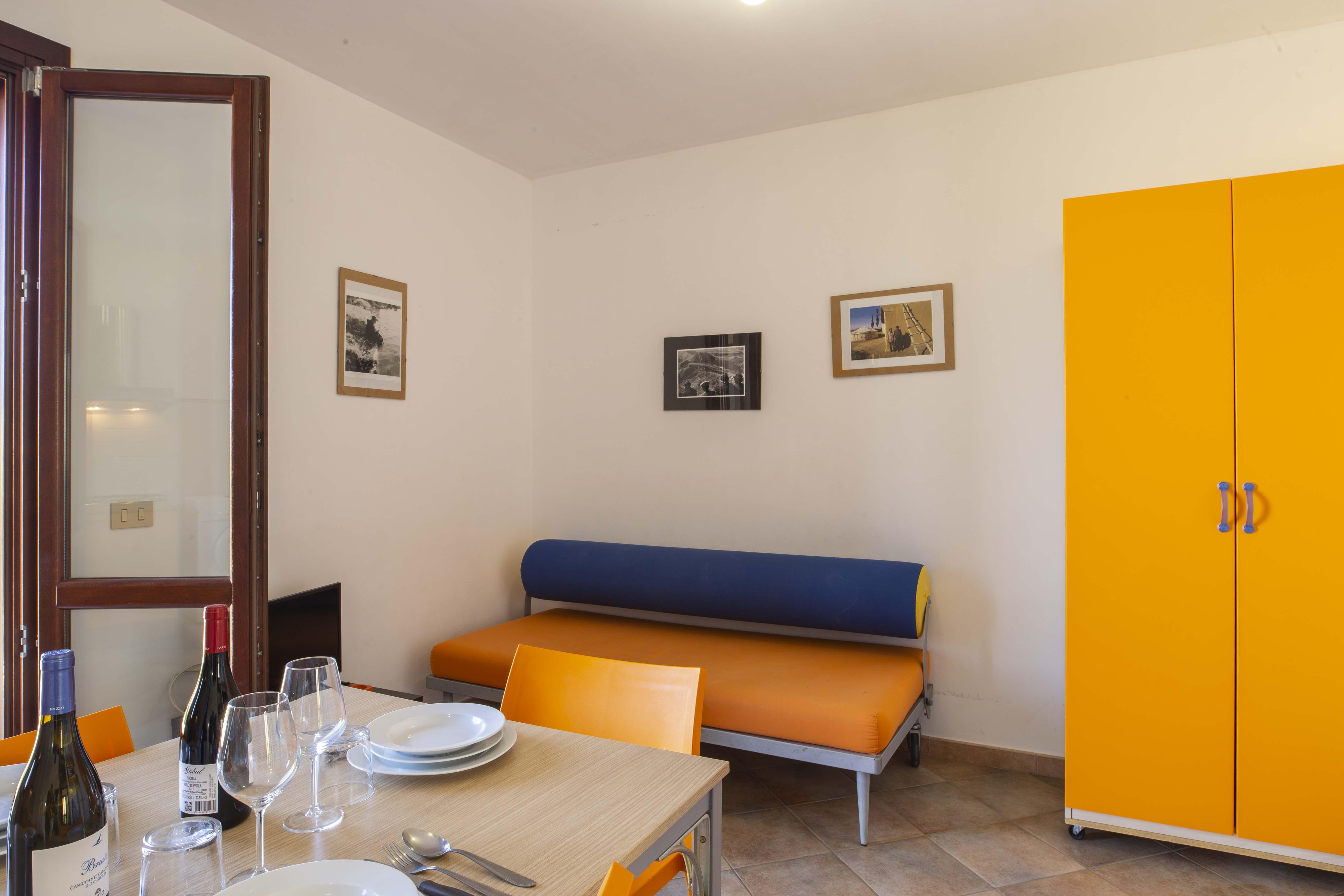 Tavolo in soggiorno con divano letto