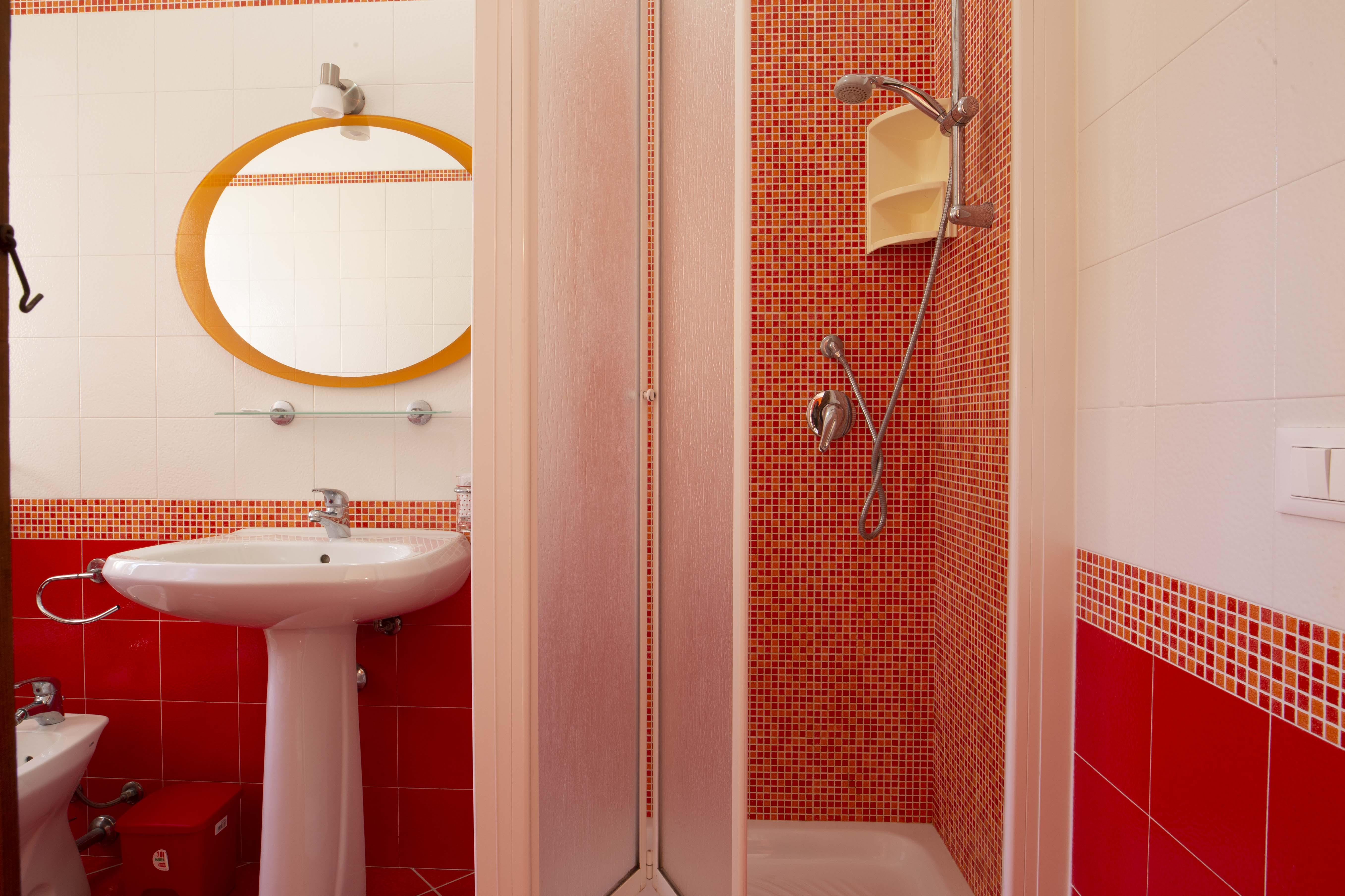 Bagno con doccia in uso alla camera rossa