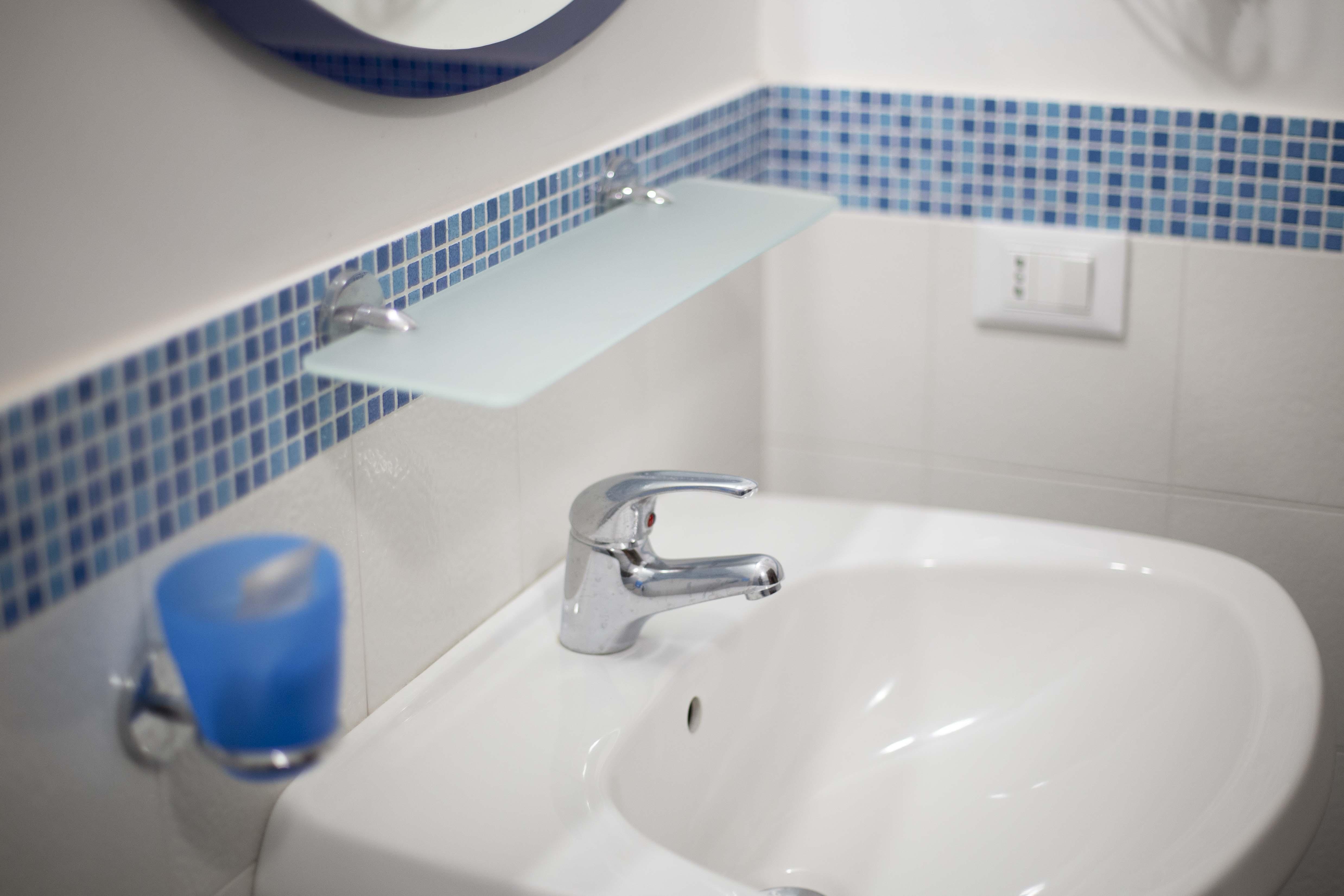 Bagno con doccia in uso alla camera blue